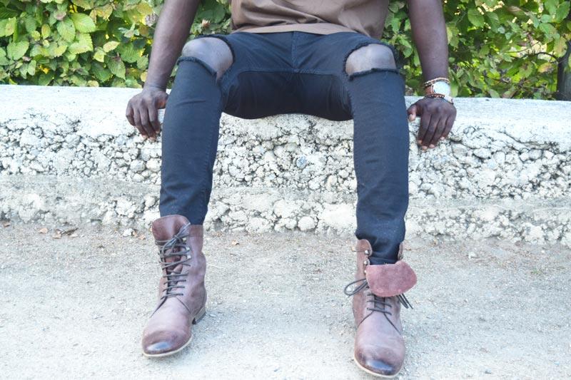 braune stiefel und schwarze hose